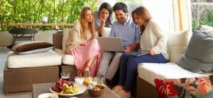Personas navegando con su conexión ADSL a través de ordenador y tablet.