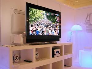 Salón con dispositivos multimedia