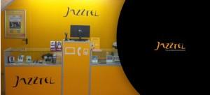 Interior de una tienda que distribuye los servicios de telefonía de Jazztel